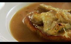 Sopa de alho assado com croutons de alcachofra