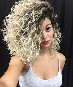 Olha quem está voltando, minha definição ❤️ @jpfreitas06 que Deus abençoe suas mãos sempre, porque isso que você consegue fazer com meu cabelo só pode ser dom divino!  obrigada equipe @oasys.studio.hair , vocês são demais
