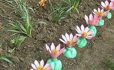 Kvety z plastových fliaš: Možnosti Lotus 2 - Články Directory Online - DOMSTROY Plastic Bottle Tops, Reuse Plastic Bottles, Plastic Bottle Flowers, Recycled Bottles, Water Bottle Crafts, Plastic Bottle Crafts, Diy Bottle, Plastic Art, Recycled Garden