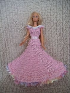 Barbie présente sa robe princesse Sonia bien sûr, je lui ai mis un petit balai au bas de la robe, matériel laine à tricoter avec du 3,5 coton fil fourrure ruban pour la ceinture aig 3,5 aig 5 crochet 2 crochet 3 points mousse: toujours à l'endroit jersey...