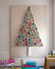 Это, пожалуй, мой любимый вариант альтернативной новогодней елки. Она сделана из обрезков пластиковых труб приклеенных на лист фанеры. Внутрь обрезков труб удобно ставить елочные игрушки. Такая елка не занимает места и выглядит очень креативно.  (новый год,рождество,елка,подарки,декор,елочные игрушки,хвоя,гирлянды,конфети,сделай сам,самоделки,скандинавский) .
