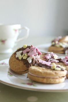 Cute Mothers Day biscuits kids can make, perfect for afternoon tea or just as a simple recipe for kids. Easy Meals For Kids, Healthy Snacks For Kids, Quick Easy Meals, Kids Meals, Delicious Cookie Recipes, Yummy Treats, Sweet Treats, Yummy Food, Easy Recipes