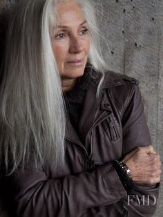 Hair Grey Silver Going Gray Ageless Beauty Ideas Long Gray Hair, Silver Grey Hair, White Hair, Short Hair, Pelo Color Plata, Beautiful Old Woman, Simply Beautiful, Naturally Beautiful, Natural Hair Styles