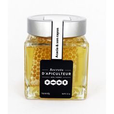Miel en rayon dans son pot de miel d'Acacia. Récolté en France. Honeycomb in an acacia honey jar. Harvested in France.