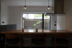 冷蔵庫などの家電製品は、見えない奥のバックヤードに配置して、スッキリとしたキッチンにしました。 Conference Room, Table, Furniture, Home Decor, Decoration Home, Room Decor, Tables, Home Furnishings, Home Interior Design