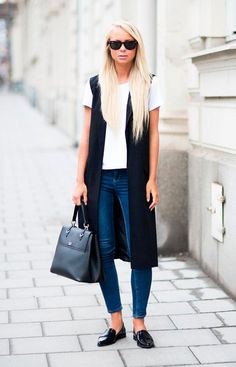 Street style look, camiseta branca, calça jeans, oxford e colete longo preto.