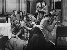 Still of Margaret Lockwood, Cecil Parker, Basil Radford, Michael Redgrave, Linden Travers, Naunton Wayne and Dame May Whitty in The Lady Vanishes (1938)