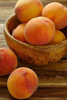 peaches in a gorgeous wooden bowl.the only thing missing is a bowl of fresh whipped cream :)peaches in a gorgeous wooden bowl.the only thing missing is a bowl of fresh whipped cream :) Fruit And Veg, Fruits And Vegetables, Fresh Fruit, Bowl Of Fruit, Peach Fruit, Shades Of Peach, Peach Trees, Delicious Fruit, Yummy Food