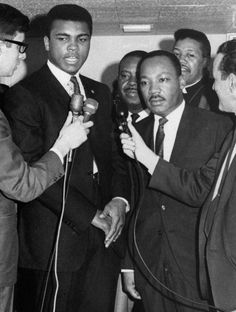 Muhammad Ali and Martin Luther King Jr. The way to make your dreams to come true is to wake up★♥★ Muhammad Ali, Martin Luther King, Photos Rares, Heavyweight Boxing, Photo Star, Boxing Champions, Black History Facts, African American History, American Women