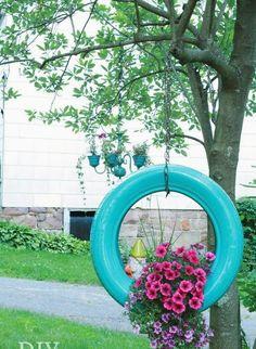 Eski Lastiklerden Bahçe Saksısı Yapımı Araçlarımızın eskiyen lastiklerini ya lastikçiye bırakırız. Yada depolara kaldırırız. Neden onları kullanarak bahçemize güzel saksı dekorasyon eşyaları yapmay…