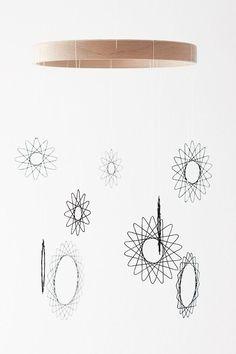 DIY Mobile - Blumen aus Faden Mobile Art, Hanging Mobile, Spirograph, Paper Embroidery, Craft Night, String Art, Diy Crafts For Kids, Christmas Diy, Diy Home Decor
