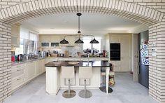 Vstup do rustikální kuchyně (od firmy Hanák) navozuje světlými cihlovými obklady středomořskou atmosféru. Nad kuchyňským ostrůvkem dominuje stylové měděné svítidlo italské značky.