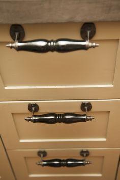 Keukenkastje met bijzondere handgrepen / handvaten  Ik maak authentieke keukens, badkamermeubels en andere meubels. Voornamelijk van oud, doorleefd en duurzaam hout. Mail of bel: info@benosinga.nl / 0511-45 27 83