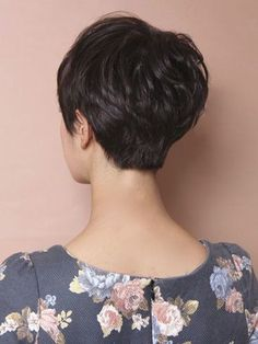 Beauty Women With Pixie Cuts To create this style, you'll need very shortened hair, and then the hair has to be relaxed. Also, hair doesn't get in the manner of your youngster's activities. Short Hair With Layers, Short Hair Cuts For Women, Back Of Short Hair, Pixie Hairstyles, Pretty Hairstyles, Short Haircuts, Curly Hair Styles, Short Pixie, Pixie Cuts