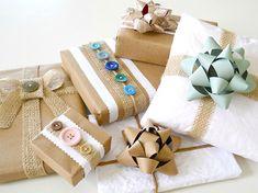 Pacchetti decorati con iuta e bottoni