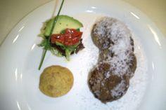 Hamburguesa de pato con cebolla roja, queso, ensalada y pan,