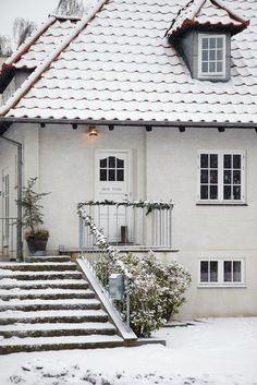 Exterior of Home in Denmark in Winter - Snowy White Christmas - Image from Sköna Hem Danish Christmas, Scandinavian Christmas, Scandinavian Style, Scandinavian Architecture, White Christmas Image, Simple Christmas, Christmas Décor, Christmas Design, Outdoor Christmas