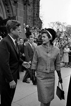 ♥ Le Président et la Première Dame à Newport, Rhode Island, en laissant l'église Sainte-Marie, l'église où ils se sont mariés en 1953 ~ 22 Octobre, 1961 ♥