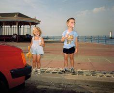 New Brighton, z cyklu The Last Resort, 1983–5 Martin użył lampy błyskowej, aby wyodrębnić dzieci z tła, fot. Magnum / Martin Parr