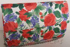 Carteira nellfernandes em algodão italiano floral com fundo branco. Tamanho: 24 x 17. VENDIDA.