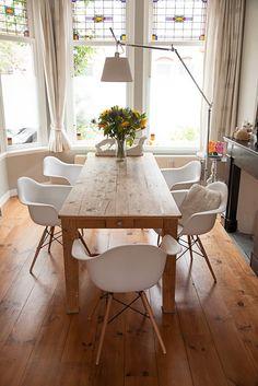Cadeira DAW, no Brasil muito conhecida como DAR, é uma peça coringa que pode ser usada em mesas de jantar em madeira, como esta, ou mesas de vidro, no home office, no quarto ou qualquer ambiente que a imaginação permitir.