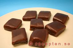 Chokladkola - Recept på chokladkola som du enkelt gör själv. Bilder steg för steg. 50 st. Mycket gott julgodis.