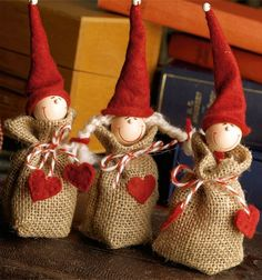 De små festlige sækkenisser er perfekte som værtindegave til decembers julefrokoster eller som bordkort med et navn om halsen.