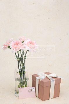 감사의 선물 085, PHO408, 프리진, 사진, 선물, 오브젝트, PHO408b, 감사, 고마운, 어버이날, 스승의날, 상자, 선물상자, 리본, 묶여있는, 카네이션, 꽃, 유리병, 꽂혀있는, 종이, 카드, 메세지, 에프지아이, pho408 #유토이미지 Glass Vase, Container, Home Decor, Decoration Home, Room Decor, Home Interior Design, Home Decoration, Interior Design