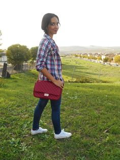 http://unachicasual.blogspot.com.es/2014/10/casual-checked-shirt.html  casual, basic, camiseta, t-shirt, camisa, shirt, cuadros, checked, jeans, vaqueros, denim, deportivas, sneakers, bolso, bag, white, red, gold, blue, oro, rojo, azul, blanco, look, ootd, outfit, inspiraton, girl, trend