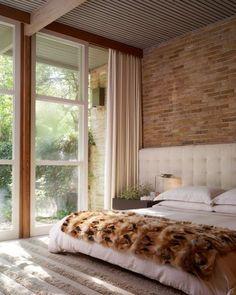 Cama com cabeceira em capitonê. #bedroom #quarto #bed #cama #headboard #cabeceira #cortina #capitonê #capitoneé #estofado