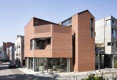 붉은 벽돌집 / SIE(정수진) Minimal Architecture, Brick Architecture, Morden House, Brick Detail, House Front Design, Small Buildings, Le Havre, Brick Building, Architectural Features