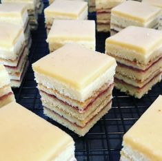 Petit Fours - lecker-macht-süchtig - Expolore the best and the special ideas about French recipes Brown Gravy Recipe Easy, Homemade Turkey Gravy, Homemade Gravy Recipe, Best Turkey Gravy, Mini Desserts, French Desserts, French Recipes, Tea Recipes, Cake Recipes