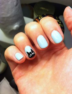 This black cat nail art is perfect for Halloween.