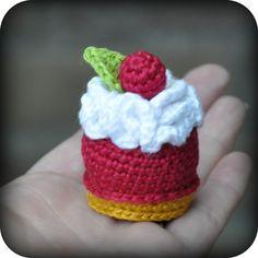 Cherry petit four with whipped cream - free crochet pattern Crochet Cake, Crochet Amigurumi, Crochet Food, Cute Crochet, Crochet For Kids, Amigurumi Patterns, Crochet Crafts, Yarn Crafts, Crochet Projects