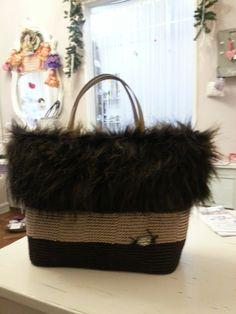 """Realizzata all'uncinetto per questa borsa ho inserito eco pelliccia intorno al bordo, realizzata in laboratorio """"atelier sogno di Patti""""."""