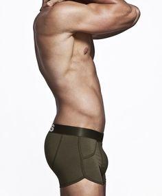 Met de boxers van Bolas, gelanceert door Everon Jackson Hooi, ook bekend van Gtst, voel je je een echte man. De boxers zijn niet alleen mooi van ontwerp, print en kleur, maar dragen ook nog eens zeer comfortabel! Bolas ondergoed voor sportieve stoere mannen. Boxers voor mannen die het belangrijk vinden, om er ook onder hun kleding goed uit te zien! Bolas voor mannen met Lef! 2- pack € 35,00 http://www.silondergoedenlingerie.nl/merken/bolas/bolas-short-army-orange.html