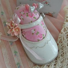 New Ideas For Sewing Baby Shoes Pin Cushions Fabric Crafts, Sewing Crafts, Baby Shoes Tutorial, Craft Projects, Sewing Projects, Garden Projects, Needle Book, Sewing Accessories, Sewing Notions