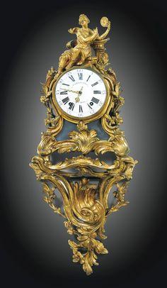 Reloj con mensula en bronce dorado, estilo Luis XV, firmado P. Gilles Fils, Paris.Alto 90 cm.