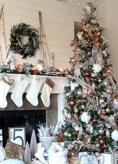 Christmas Tree Decorating Ideas Christmas Tree Design, Beautiful Christmas Trees, Christmas Mantels, Christmas Tree Themes, Noel Christmas, Xmas Decorations, Christmas Wreaths, Vintage Christmas, Magical Christmas