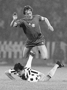 Ajax 1 Juventus 0 in May 1973 in Belgrade. Fabio Capello brings down Johan Cruyff in the European Cup Final. Pure Football, Football Final, European Cup, Juventus Fc, Uefa Champions League, Fifa World Cup, Fc Barcelona, Football Players, Ronaldo