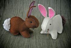 Kijk wat ik gevonden heb op Freubelweb.nl: een gratis patroon van Creativity in Pieces om deze schattige konijntjes te maken https://www.freubelweb.nl/freubel-zelf/zelf-maken-met-vilt-konijntjes-2/