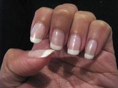 Il est parfois très simple et peu coûteux de s'offrir un soin. La preuve en est avec ce conseil au bicarbonate de sodium pour faire vous-même votre manucure ! Ajoutez 2 cuillères à soupe dans un bol rempli d'eau tiède, puis trempez vos mains pendant 15 mn. Le pH de la solution du bicarbonate permettra d'enlever les peaux mortes tout en adoucissant vos mains. Conseil : Si besoin, saupoudrez une brosse à dents humide de bicarbonate et frottez le dessus et le dessous des ongles...