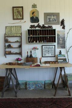 Simpel bureau op bokjes, wij gebruiken oude steunen uit de bouw, ook een aanrader.  www.werkplaats35.nl