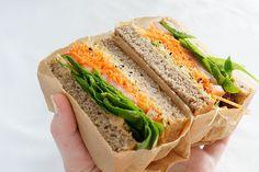 Niks lekkerder dan een goed belegde volkoren sandwich met een flink portie groenten. Dit broodje hummus en kiemen is een topper!