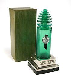 """René Lalique creó varios frascos de perfume para la casa Worth en los años veinte y treinta cuyos nombres (""""Vers le jour"""",1925;""""Sans Adieu"""",1929;""""Je Reviens"""",1932 y """"Vers Toi"""",1934) formaban la frase: """"En la noche,antes del amanecer,no puedo decir adiós.Vuelvo a ti."""" Aunque este lunes no podemos disfrutarlos, en Lis guardan la esencia del tiempo hasta que volváis a Casa para compartirnos en el encuentro.   Frasco 'Sans Adieu' de Worth. R. Lalique. Vidrio soplado y moldeado. C.1929."""