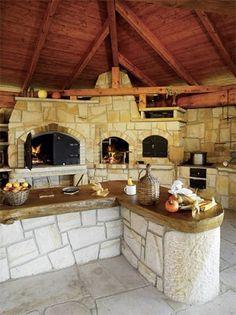 Velkoryse pojatá kuchyně s krbem, udírnou a pecí, kde se dá upéct celé selátko (Hrdina české pískovce)