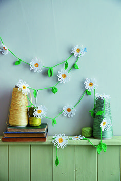 #Crochet #Daisy Garland, free #pattern by by Ros Badger.