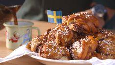 Kanelbullar - Sveske kanelsnegle - Få opskriften her Sweet Bread, Pretzel Bites, Chicken Wings, Brunch, Gluten, Sweets, Meat, Baking, Breakfast