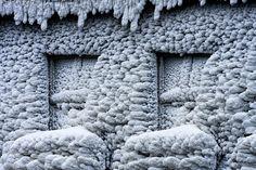 Ikkunat ummessa - jäätyneet ikkunat jäätynyt ikkuna jäässä jään muodostus ankara kova pakkanen talvi seinä vanha rakennus huurre