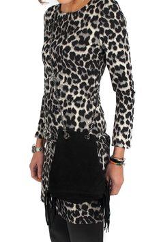 Deze fijn geweven fiscose jurk in luipaardprint van Het Fashion Depot is super comfortbal en heeft een fijn stretch effect. De jurk heeft als stoer detail een lange zilverkleurige rits op de rug. Voor een extra stoer effect is een ronde hals . De jurk Hee